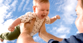Je baby 12 – 19 weken: Vliegtuigje spelen